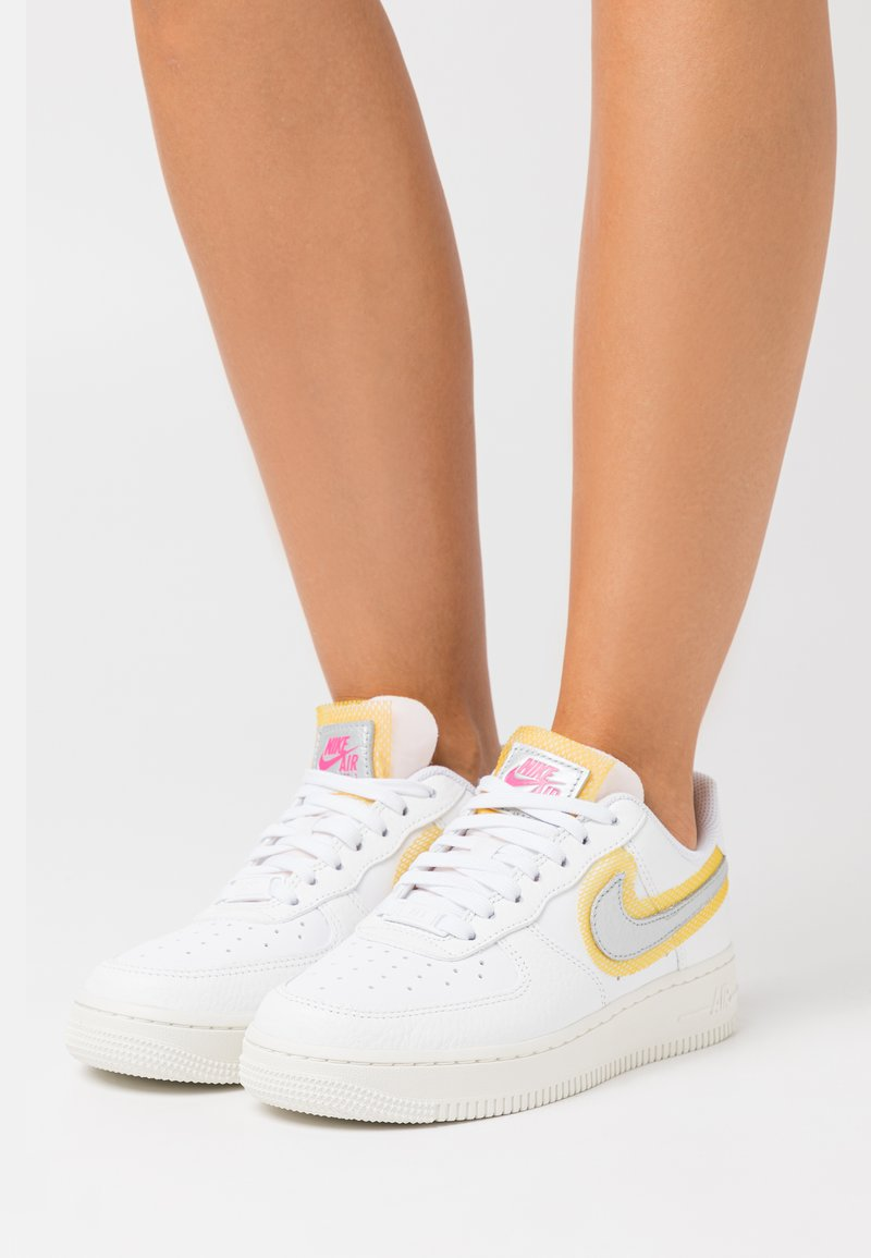 Nike Sportswear - AIR FORCE 1 - Sneakers - white/metallic silver/university gold