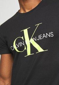 Calvin Klein Jeans - MONOGRAM LOGO SLIM TEE - T-shirt con stampa - black - 5