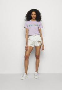 Fiorucci - DANCING BUGS TEE FOXGLOVE - Print T-shirt - lilac - 1
