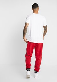 Karl Kani - RETRO TRACKPANTS - Pantalon de survêtement - red - 2