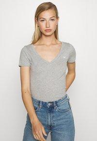 Hollister Co. - ICON MULTI 3 PACK - Basic T-shirt - white/black/light grey - 6