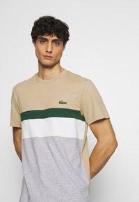 Lacoste - T-shirt med print - argent chine/farine/vert/viennois - 3
