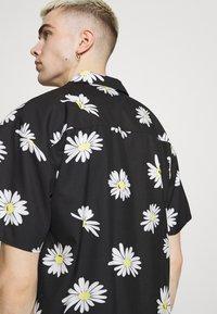 Mennace - DAISY PRINT REVERE SHIRT - Shirt - black - 5