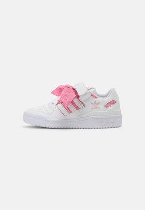 FORUM UNISEX - Baskets basses - white/light pink