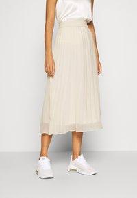 Monki - LAURA PLISSÉ SKIRT - Jupe plissée - beige dusty light - 0