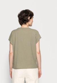 Opus - SELUM - Basic T-shirt - soft moss - 2