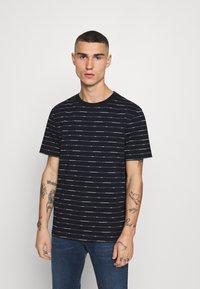 Scotch & Soda - SHORT SLEEVE TEE WITH ALLOVER PRINT - Print T-shirt - combo - 0