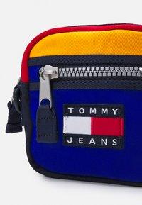 Tommy Jeans - HERITAGE REPORTER UNISEX - Axelremsväska - blue - 3