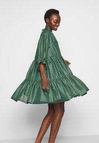 DESIGNERS REMIX - ENOLA RUFFLE DRESS - Vestido de cóctel - dusty green - 4
