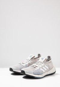 adidas Performance - PULSEBOOST HD - Laufschuh Neutral - grey one/footwear white/tech ink - 2