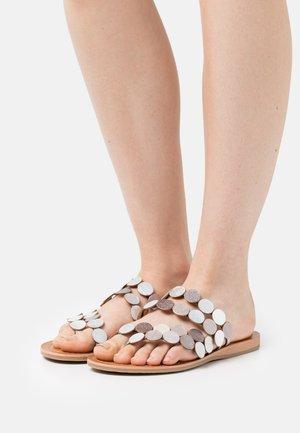 HOROND - T-bar sandals - argent/multicolor