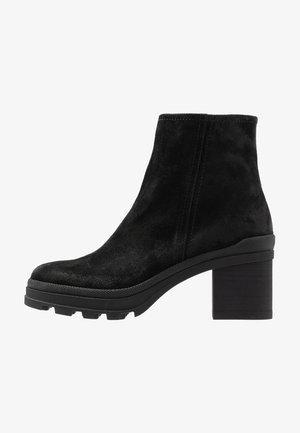 Kotníkové boty na platformě - diana nero