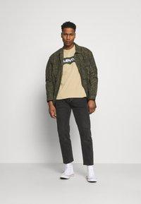 Levi's® - HOUSEMARK GRAPHIC TEE - Print T-shirt - beige/sand - 1
