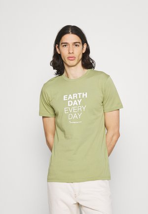 ALDER EARTHDAYEVERYDAY TEE - Print T-shirt - sage