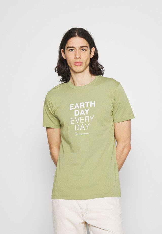 ALDER EARTHDAYEVERYDAY TEE - T-shirt con stampa - sage
