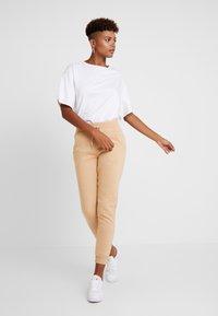 New Look - BASIC BASIC  - Tracksuit bottoms - camel - 2