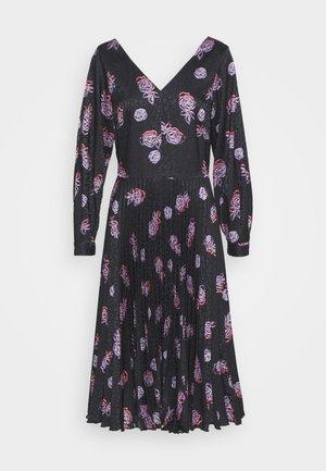 V NECK PLEATED DRESS - Robe d'été - black