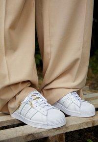 adidas Originals - SUPERSTAR - Sneakersy niskie - footwear white/gold metallic - 4