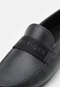 Tommy Hilfiger - 3D PRINT WEBBING DRIVER - Mocassins - black - 5