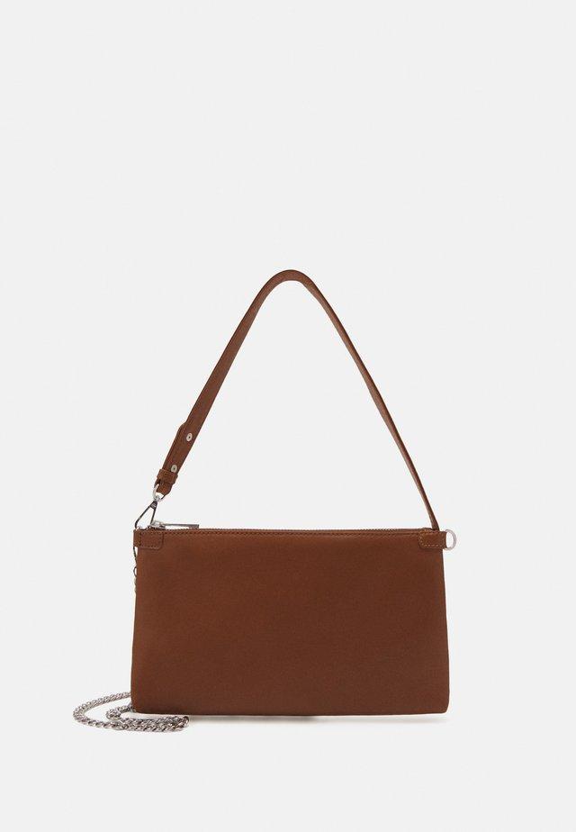 WAXY LURKA BAG - Käsilaukku - brownie