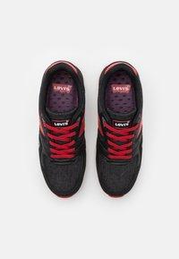 Levi's® - BOSTON  - Tenisky - black/red - 3