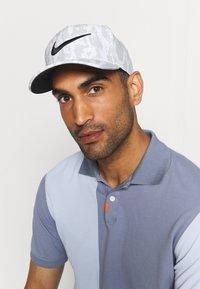 Nike Golf - Lippalakki - grey fog/black - 0