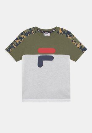 NOAH TEE - T-shirt print - olivine/bright white/desert