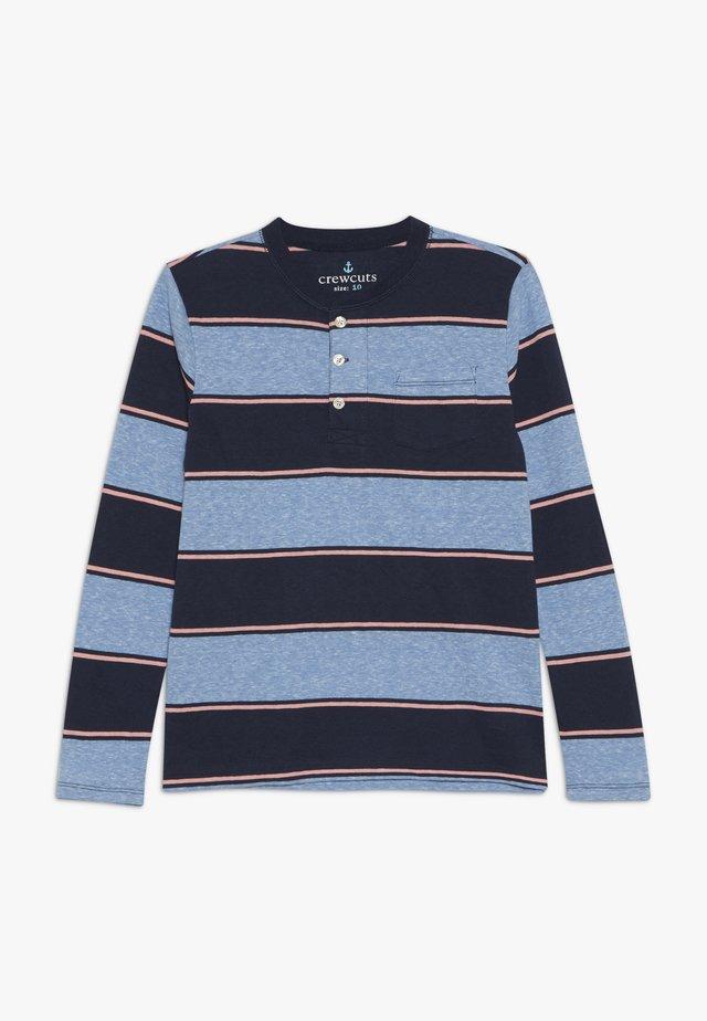 STRIPED ABBOTT HENLEY - T-shirt à manches longues - blue/pink