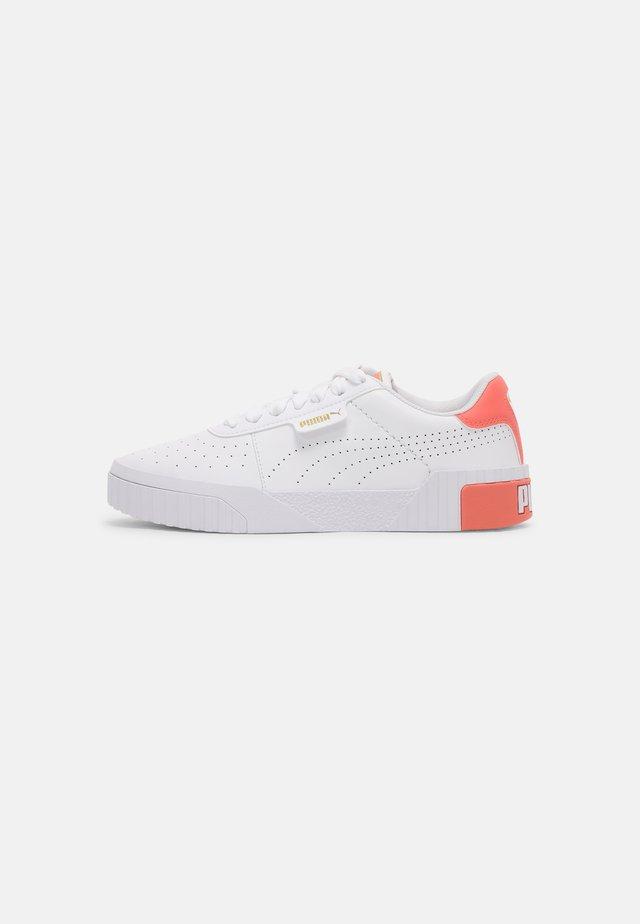 CALI PERF  - Sneakers basse - white/georgia peach/team gold