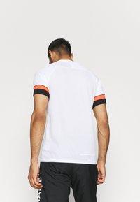 Nike Performance - T-shirt z nadrukiem - white/black/bright crimson - 2