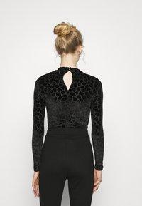 Never Fully Dressed - FLOCKED GIRAFFE PRINT BODYSUIT - Top sdlouhým rukávem - black - 2
