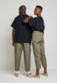 Converse - SHAPES TRIANGLE FRONT UNISEX - Trousers - field surplus - 2