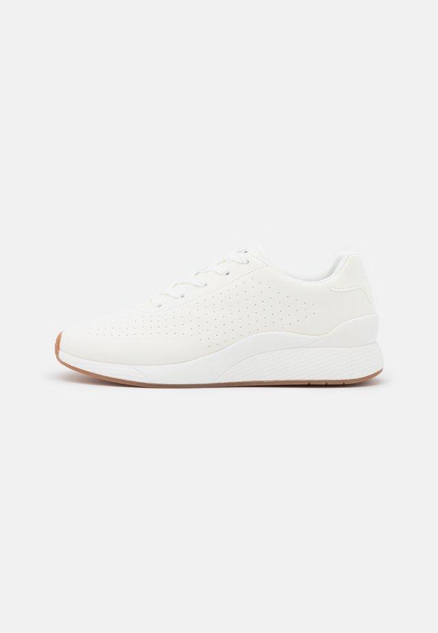 VMMANAMO - Sneakersy niskie - snow white