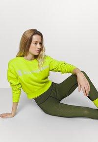 Champion - CREWNECK LEGACY - Sweatshirt - neon yellow - 3