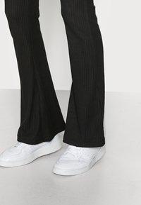 ONLY Tall - ONLNELLA FLARED PANT - Pantaloni - black - 3