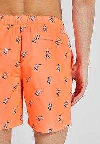 Shiwi - SNOOPY HAPPY SKATER - Swimming shorts - neon orange - 3