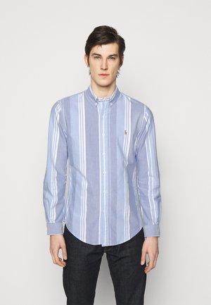 OXFORD SLIM FIT - Vapaa-ajan kauluspaita - blue/white
