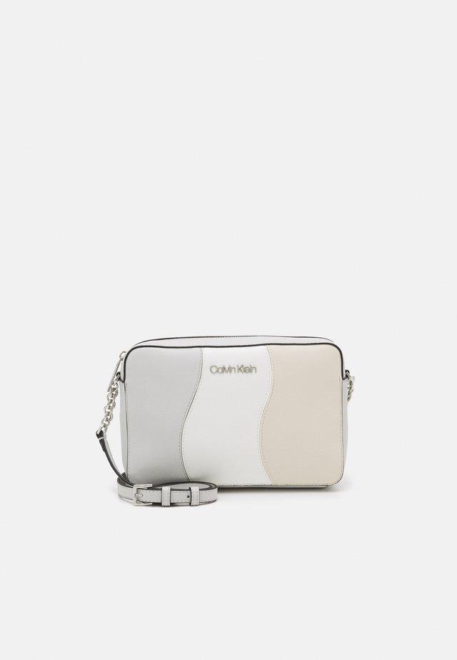CAMERA BAG PATCHWORK - Sac bandoulière - white