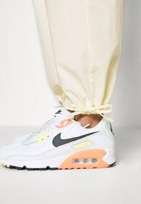 Nike Sportswear - Cargobroek - coconut milk/pale vanilla - 10