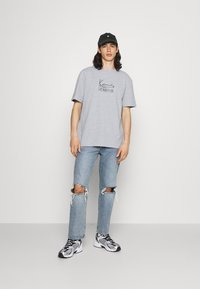 Karl Kani - SIGNATURE TEE UNISEX - Print T-shirt - grey - 1