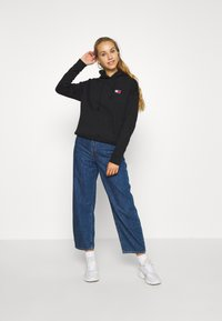 Tommy Jeans - BADGE HOODIE - Bluza z kapturem - black - 1