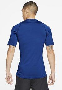 Nike Performance - T-shirts basic - game royal/black - 2