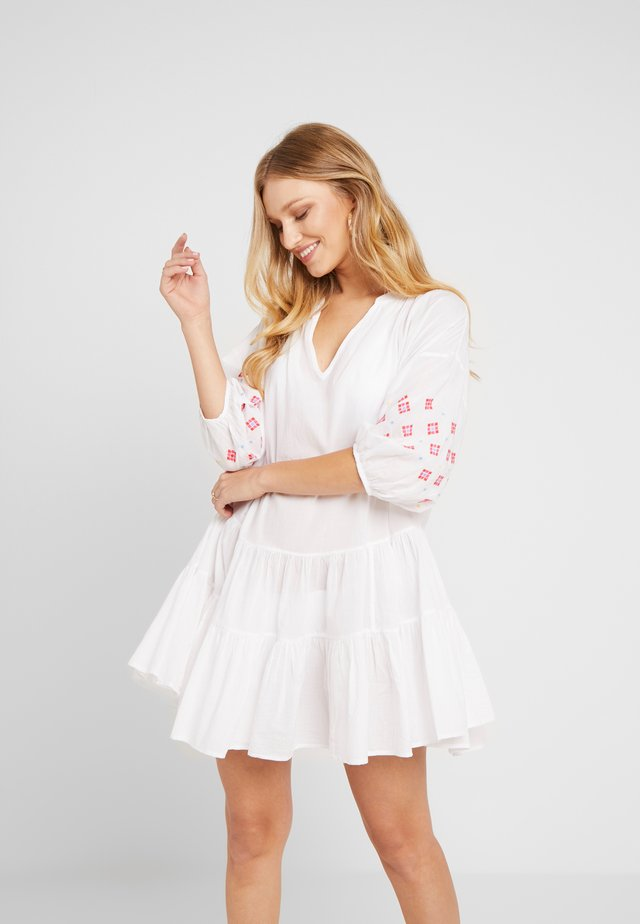 EMBROIDERY SLEEVE TIERED DRESS - Beach accessory - white