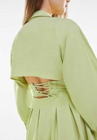 Bershka - MIT KORSETT UND SCHLEIFE AM RÜCKEN - Sukienka letnia - green - 3