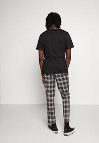 Burton Menswear London - CHECK - Kalhoty - black - 2