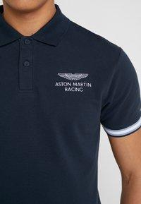 Hackett Aston Martin Racing - AMR TAPE POLO - Polo - navy - 5