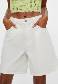 Bershka - MIT BUNDFALTEN - Denim shorts - stone - 3
