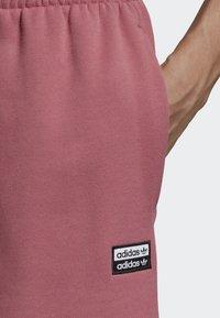 adidas Originals - R.Y.V. SHORTS - Shorts - pink - 5