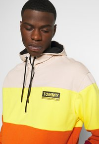 Tommy Jeans - HALF ZIP COLORBLOCK HOODIE - Bluza z kapturem - wine red/multi - 3