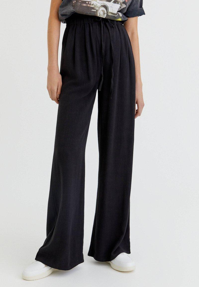 PULL&BEAR - RUSTIKALE - Trousers - black